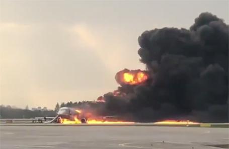 Ваэропорту Москвы пассажирский самолет загорелся вовремя приземления