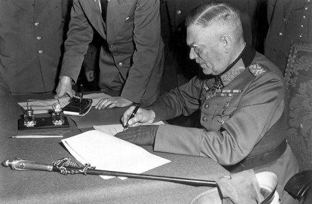 Генерал-фельдмаршал Вильгельм Кейтель подписывает акт о безоговорочной капитуляции германского вермахта в штабе 5-й ударной армии в Карлсхорсте, Берлин.