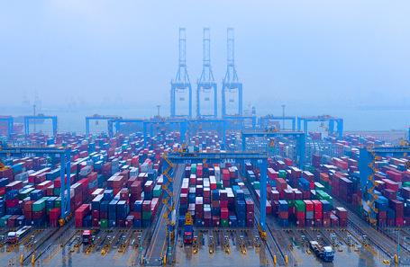 Грузовые контейнеры в Морском порту Циндао, Китай.
