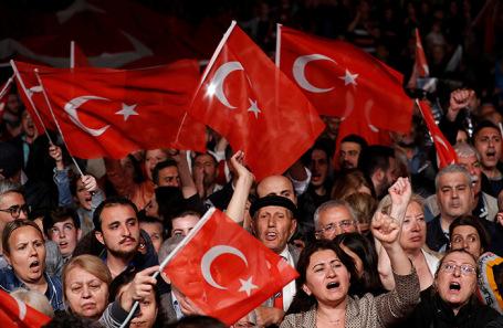 Протест против повторных выборов мэра в Стамбуле.