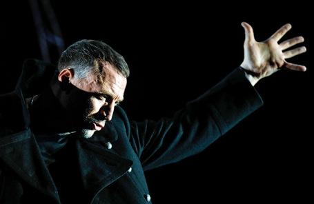 Показ спектакля «Бег» в постановке Сергея  Женовача в Москве.
