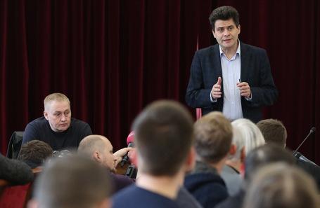 Мэр Екатеринбурга Александр Высокинский (справа) во время встречи с активистами, выступающими за сохранение сквера у театра драмы.