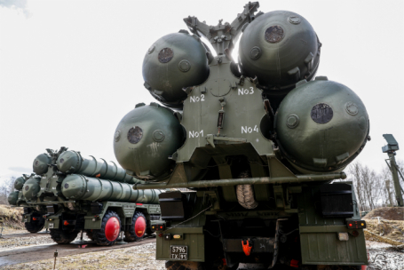 Боевые расчеты зенитной ракетной системы (ЗРС) С-400 «Триумф».