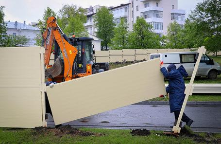 В Екатеринбурге демонтируют забор в сквере.
