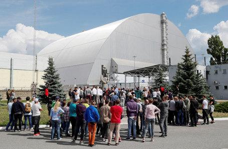 Туристы на территории Чернобыльской АЭС.