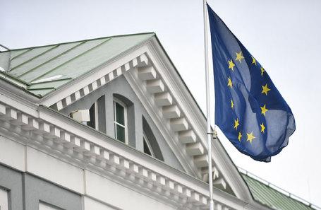 Флаг у здания посольства Евросоюза на Кадашевской набережной.