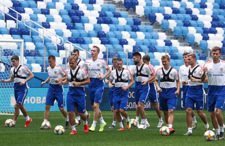 Игроки сборной России по футболу во время тренировки.