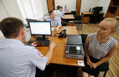 Жительница ДНР во время выдачи российских паспортов жителям ДНР в Ростовской области.