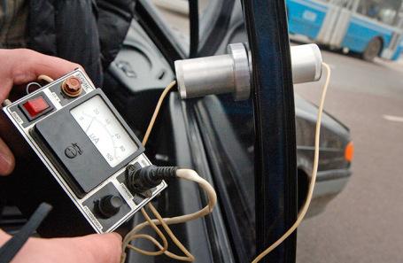 Проверка светопроницаемости тонированных стекол автомобиля.