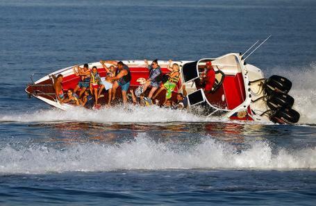 Один из прогулочных катеров на Черном море.