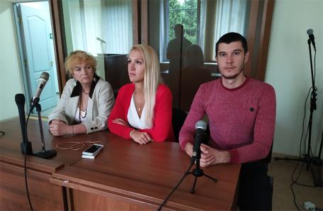 Анастасия Васильева и Владимир Сотников (в центре и справа) в зале суда.
