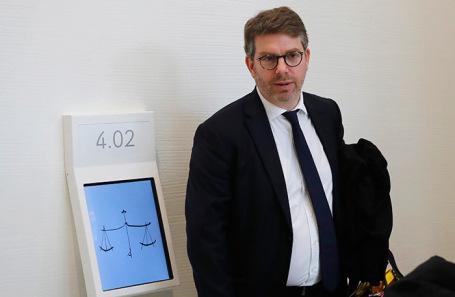 Адвокат Эммануэль Мойн, защитник принцессы Хассы бинт Салман, в здании суда в Париже.