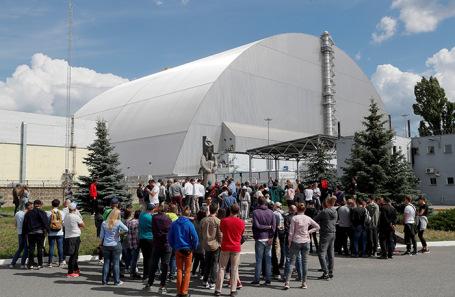 Защитная оболочка над четвертым энергоблоком Чернобыльской АЭС.
