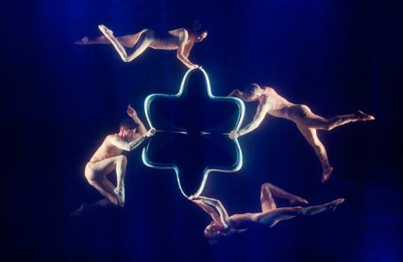 Артисты балета итальянского театра NoGravity в сцене из спектакля «Леонардо» в Зеленом театре ВДНХ.