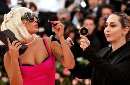 Леди Гага (слева).