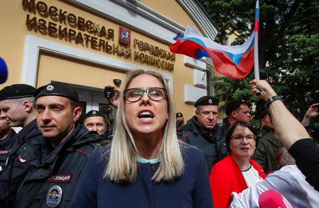 Любовь Соболь (в центре) и Юлия Галямина.