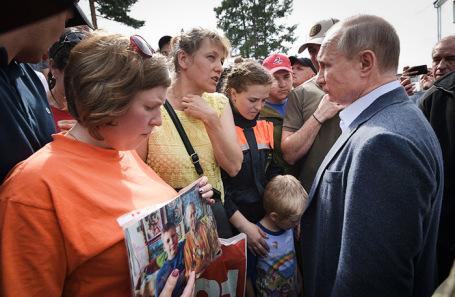 Владимир Путин во время общения с жителями Тулуна.