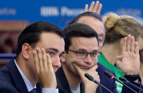Кандидаты в депутаты Мосгордумы Иван Жданов и Илья Яшин (слева направо) во время встречи в ЦИК России.