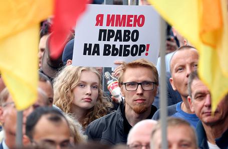 Участники согласованного митинга против нарушений на выборах на площади Ленина у Финляндского вокзала.