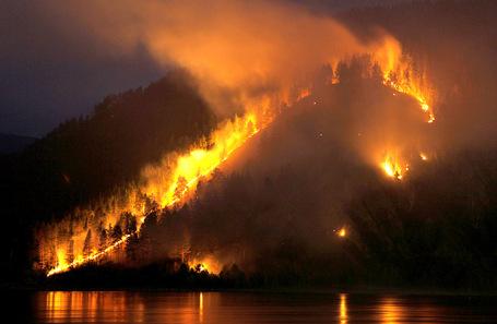 Лесной пожар в тайге.