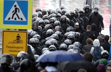 Сотрудники полиции во время акции оппозиции в поддержку незарегистрированных кандидатов.