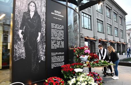 Цветы возле ЦУМа в память о фэшн-директоре магазина Алле Вербер.