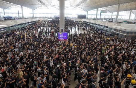 Протестующие в аэропорту Гонконга.