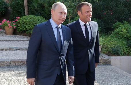Владимир Путин и Эммануэль Макрон во время встречи на территории форта Брегансон во Франции.