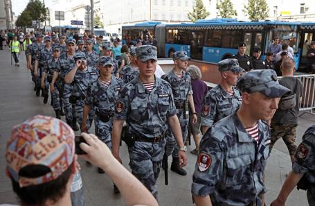 Сотрудники полиции у здания мэрии Москвы во время несанкционированной акции оппозиции.