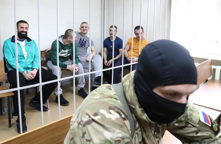 Украинские моряки (на втором плане), обвиняемые в нарушении государственной границы РФ в районе Керченского пролива 25 ноября 2018 года.