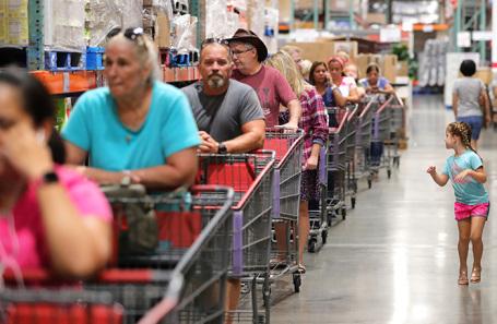Очередь в продуктовый магазин в Алтамонте-Спрингс, Флорида, США, в преддверии урагана «Дориан».