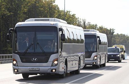 Автобусы с российскими гражданами, освобожденными в рамках процедуры обмена удерживаемыми лицами между Россией и Украиной по пути из аэропорта «Внуково».