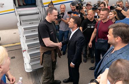 Президент Украины Владимир Зеленский приветствует кинорежиссера Олега Сенцова в аэропорту «Борисполь».