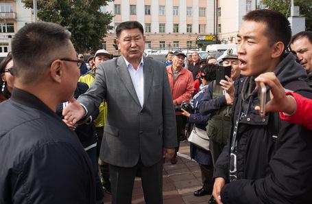 Несогласованная акция протеста в Улан-Удэ. В центре — экс-кандидат в мэры Улан-Удэ коммунист Вячеслав Мархаев.