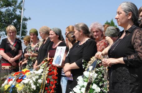 Представители комитета «Матери Беслана»  во время церемонии открытия памятника сотрудникам спецслужб, погибшим при освобождении заложников. Архив.