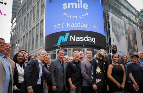 Глава SmileDirectClub Дэвид Кацман (в центре) празднует дебют компании на бирже NASDAQ.