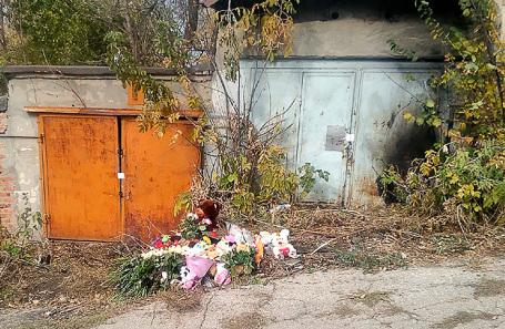 Цветы около гаражного комплекса, где было найдено тело девятилетней девочки.