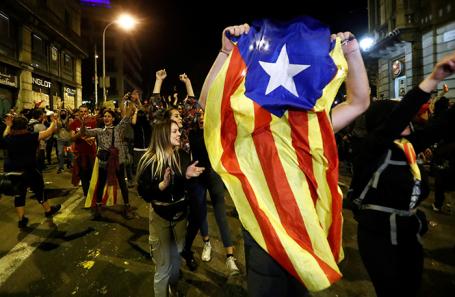 Участники акции протеста в Барселоне.