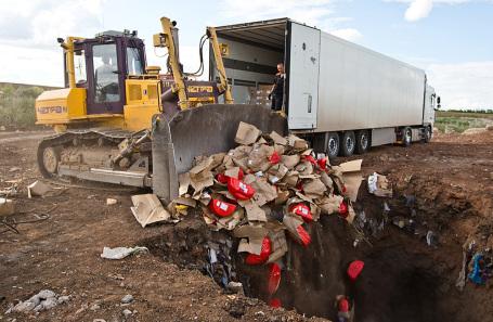 Уничтожение санкционных продуктов питания в Оренбургской области. 2015 год.