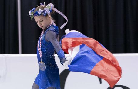 Александра Трусова, завоевавшая золото этапа Гран-при по фигурному катанию в Канаде, во время церемонии награждения после соревнований в женском одиночном катании.