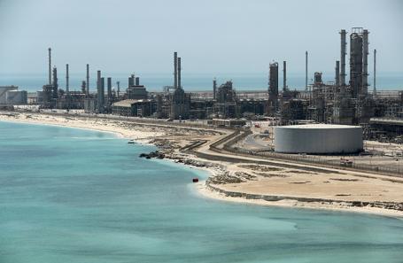 Вид завода и нефтяного терминала Saudi Aramco в Саудовской Аравии.