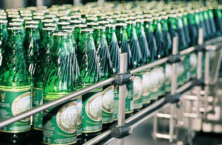 Бутылки с минеральной водой «Нарзан» в разливочном цеху АО «Нарзан».
