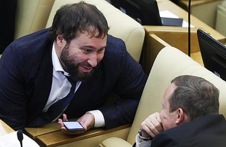 Автор законопроекта о значимых интернет-ресурсах, депутат Антон Горелкин (слева).