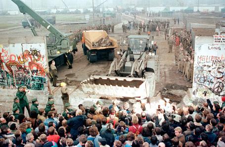Снос Берлинской стены.