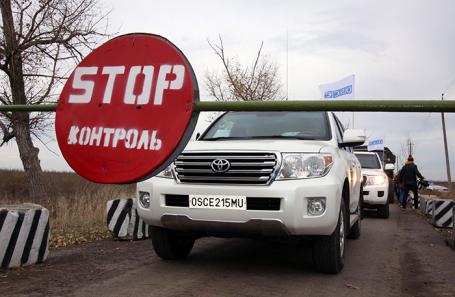 Автомобили ОБСЕ на блок-посту в районе села Петровское.