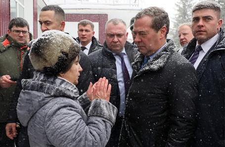 Премьер-министр РФ Дмитрий Медведев (второй справа) во время общения с жителями села Санниково.