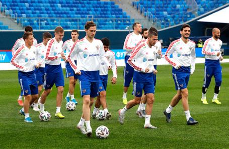 Игроки сборной России по футболу во время тренировки накануне отборочного матча Россия — Бельгия.