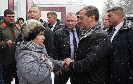 Премьер-министр Дмитрий Медведев и пенсионерка Татьяна Кадукина.