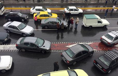 Люди протестуют против повышения цен на бензин в Тегеране, Иран.