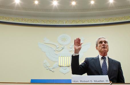 Спецпрокурор Роберт Мюллер дает показания перед комитетом по разведке Палаты представителей США касательно доклада о вмешательстве России в президентские выборы. Ноябрь, 2019 года.